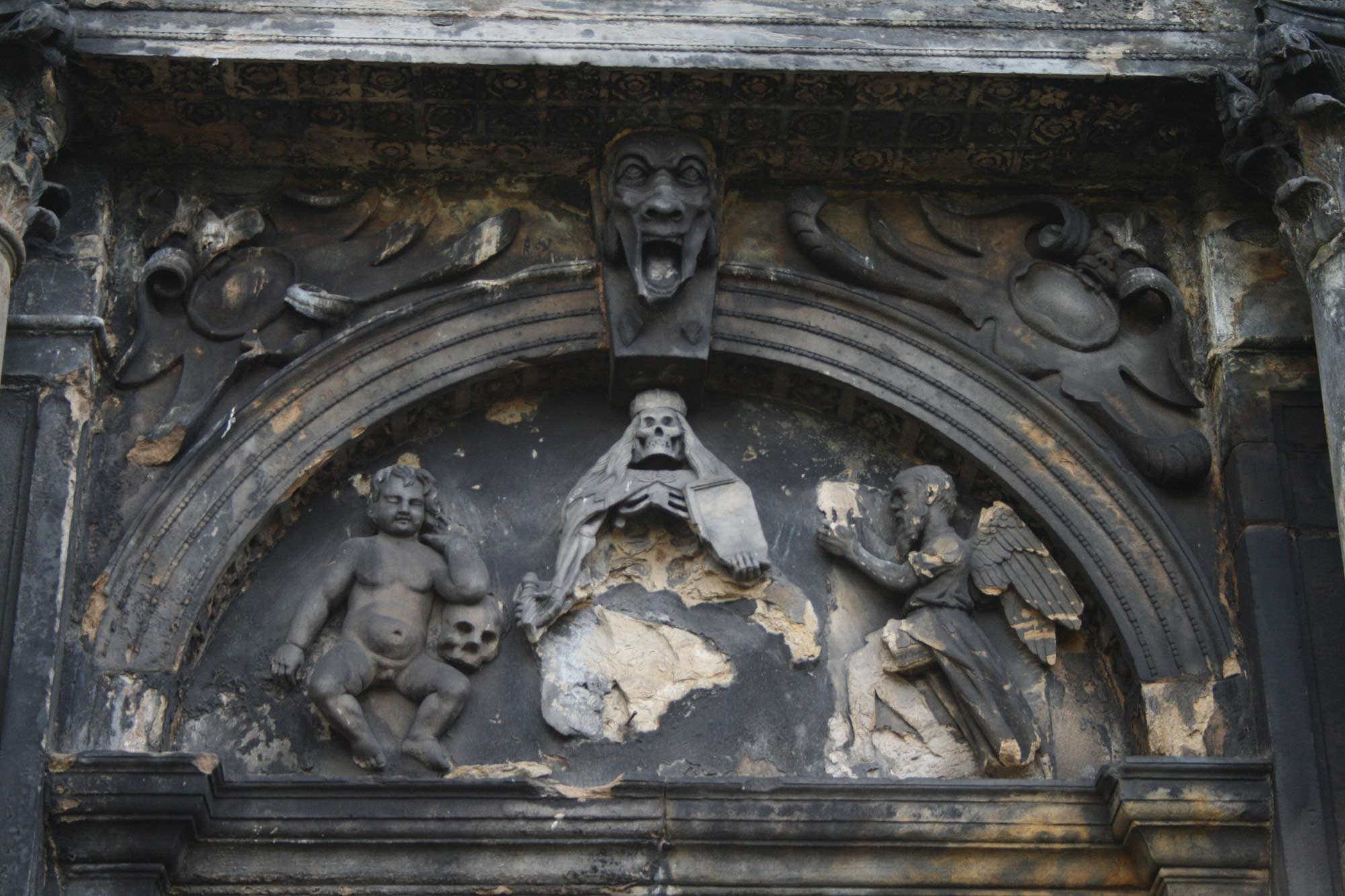 Erosion and damage to sculpture, Greyfriars